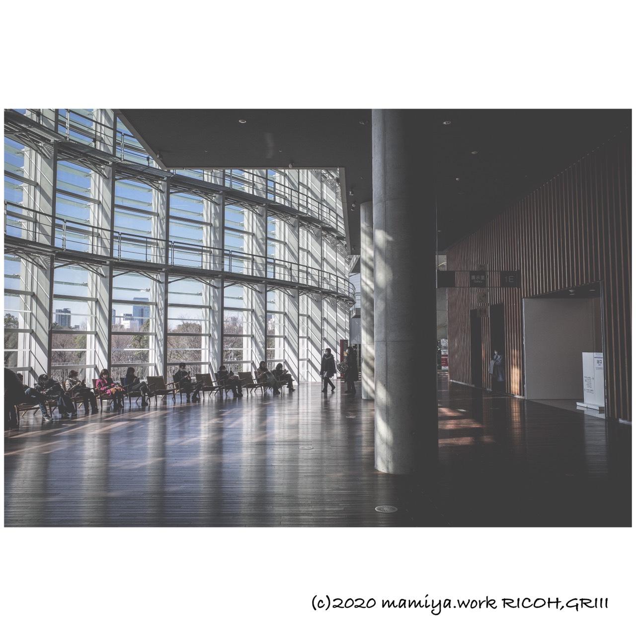 国立新美術館柱リフレクション